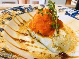 Montadito de batata y bacalao encebollado acompañado de una crema de calabacín ligera