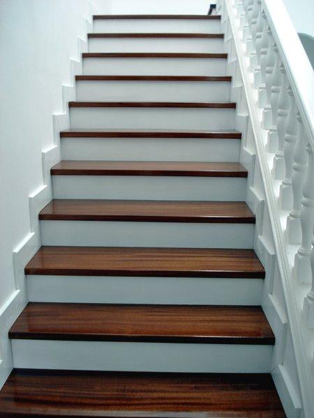 Escaleras de madera en tenerife escaleras de madera for Materiales para escaleras