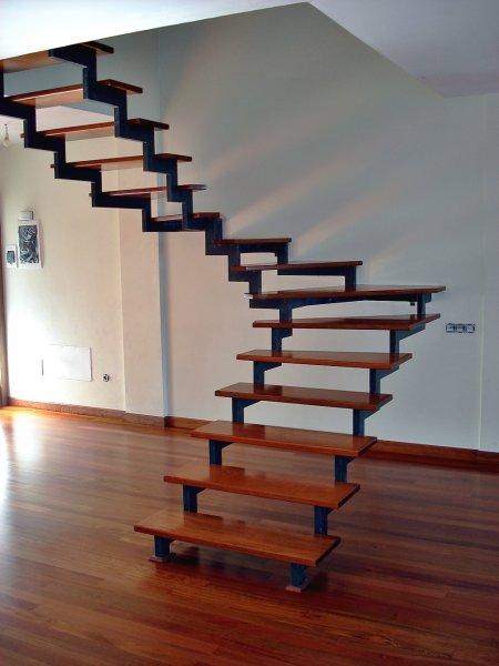Escaleras de madera en tenerife escaleras de madera for Escaleras voladas de madera